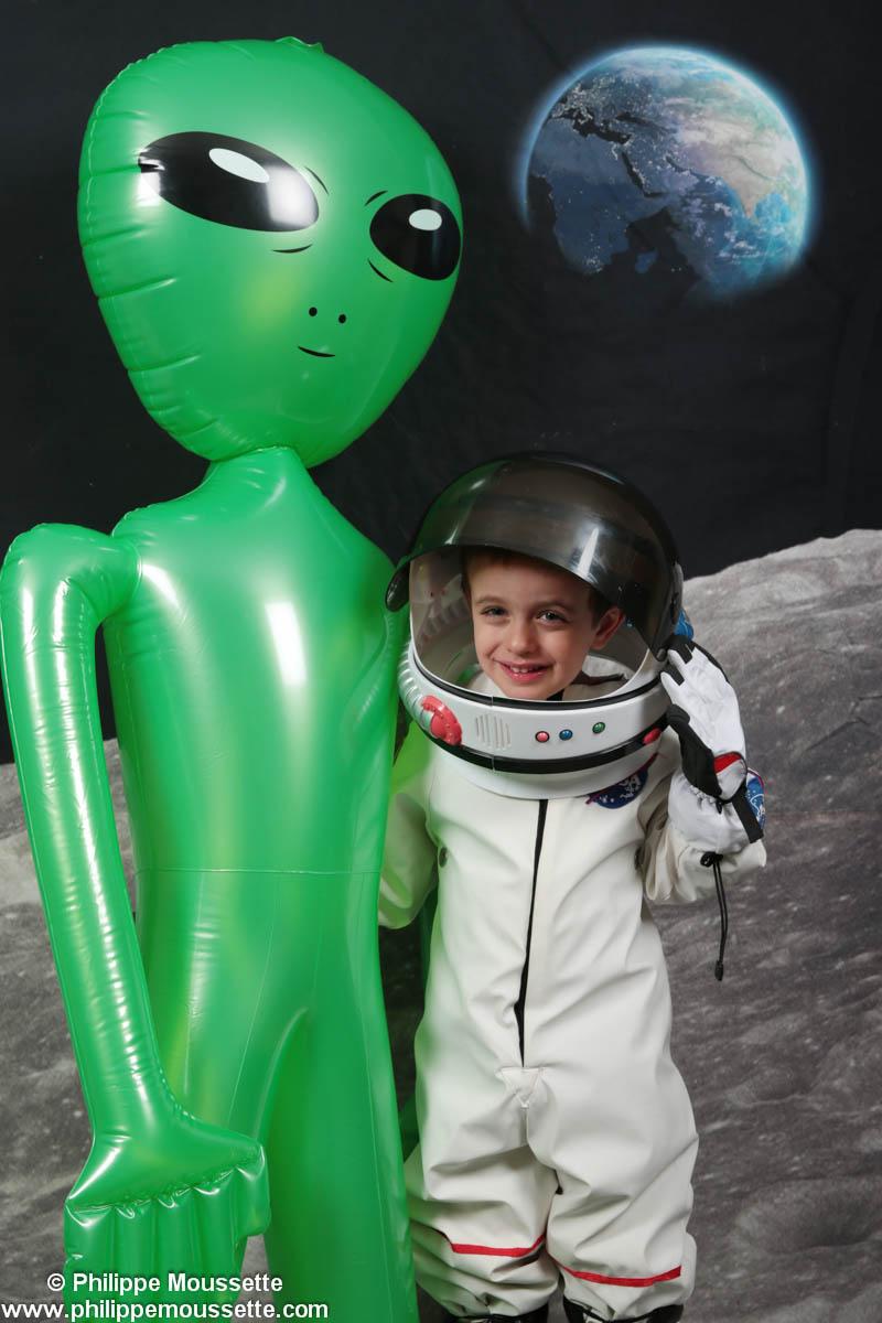 Petit garçon avec un martien