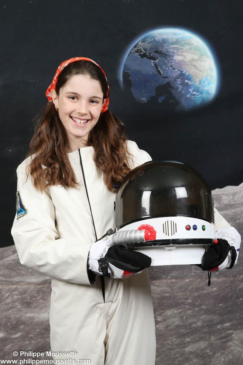 Jeune fille astronaute avec casque