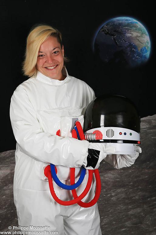 Femme astronaute avec son casque