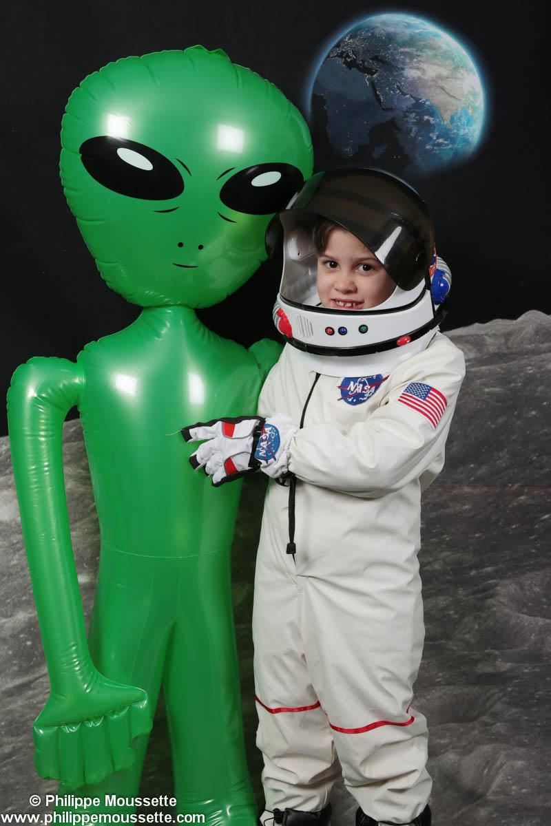 Petit astronaute avec un martien