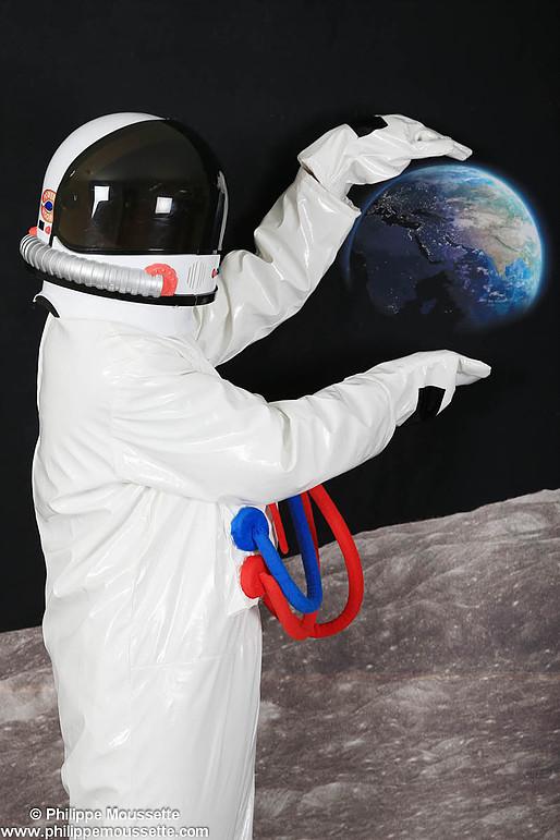 Astronaute qui tient la Terre