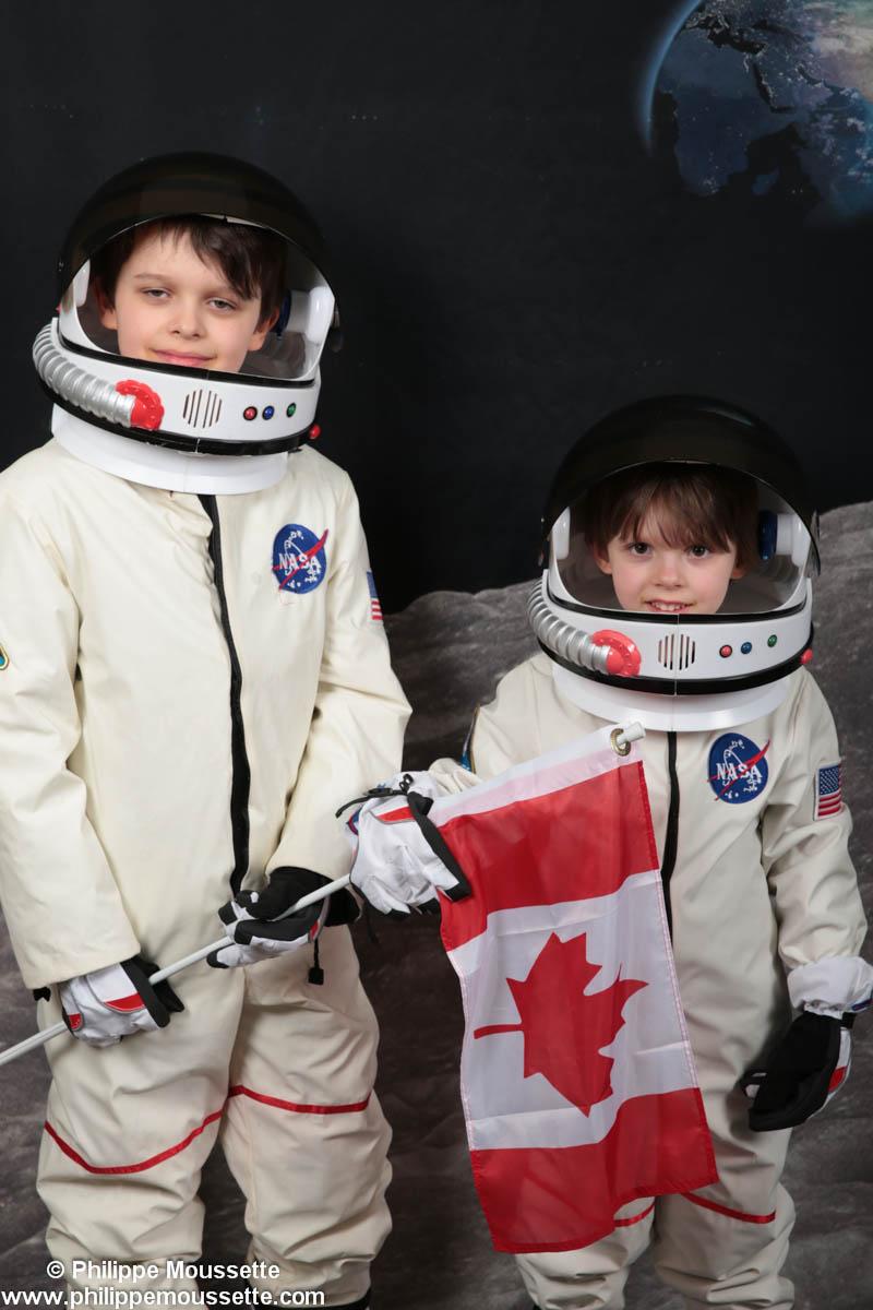 Deux enfants astronautes avec drapeau