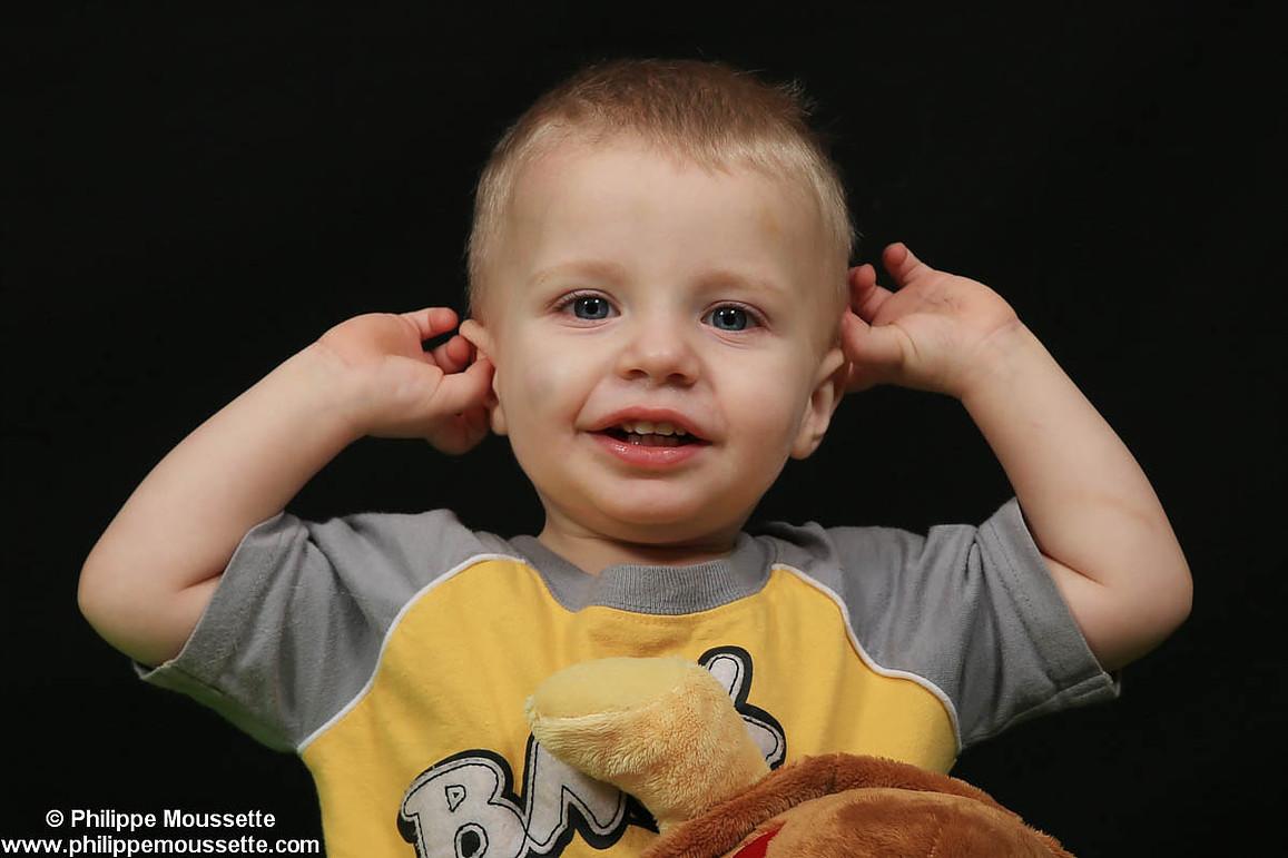 Petit garçon avec chandail jaune