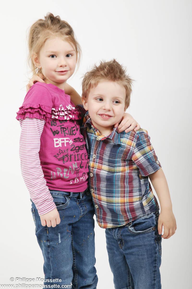 Frère et soeur qui se tiennent par le cou