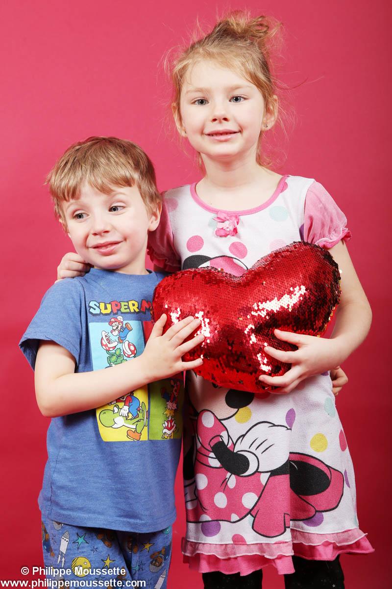 Frère et soeur avec coussin en forme de coeur