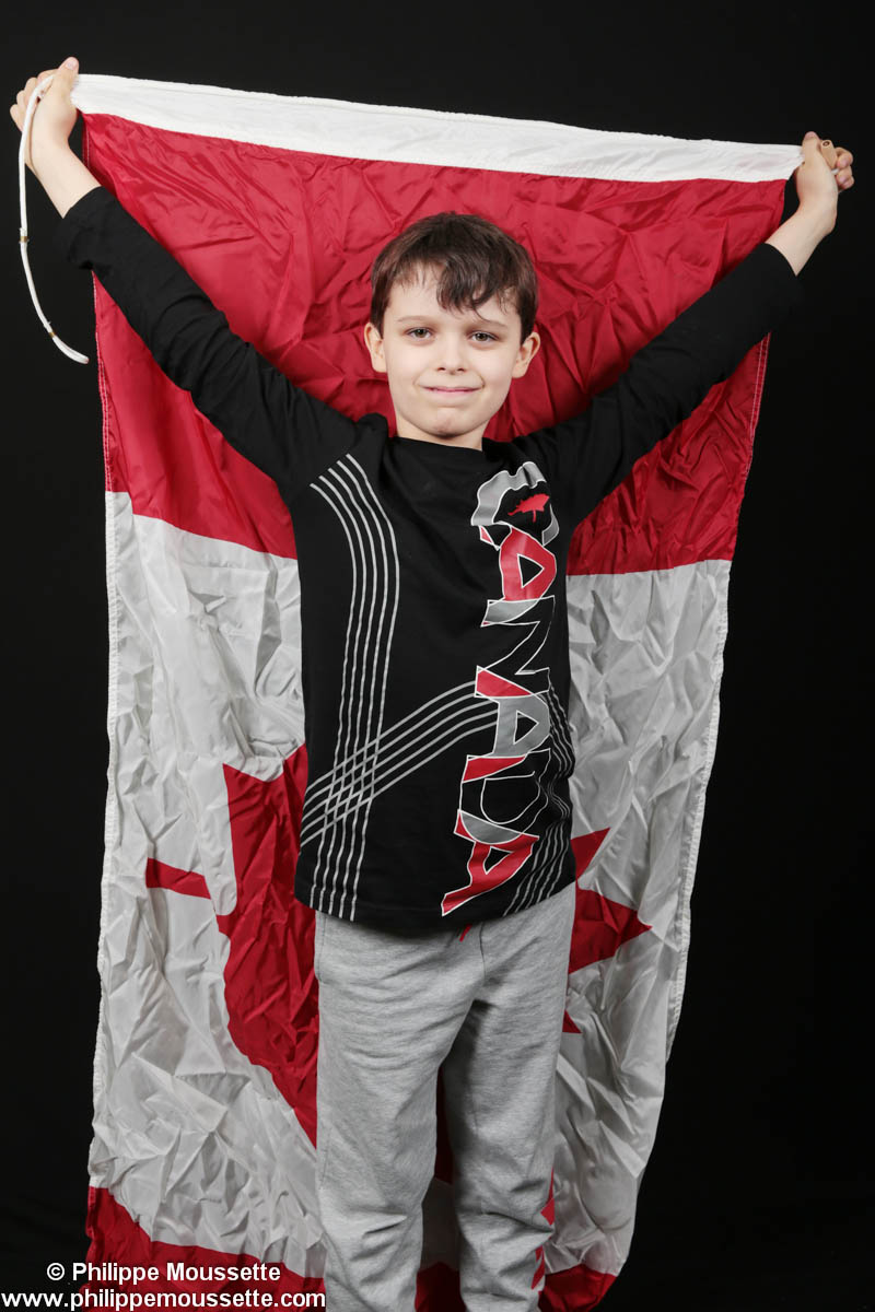 Garçon qui tient un drapeau