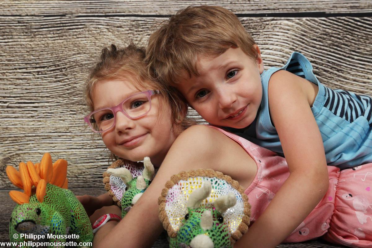Frère et soeur avec dinosaures