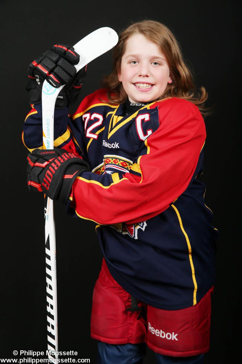 Jeune hockeyeur avec son équipement