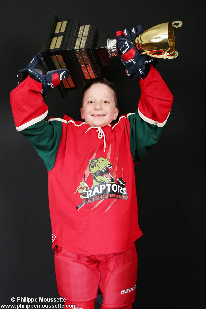 Hockeyeur qui soulève une coupe