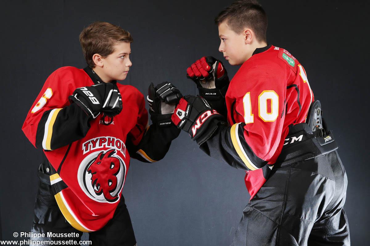 Deux hockeyeurs avec poings levés