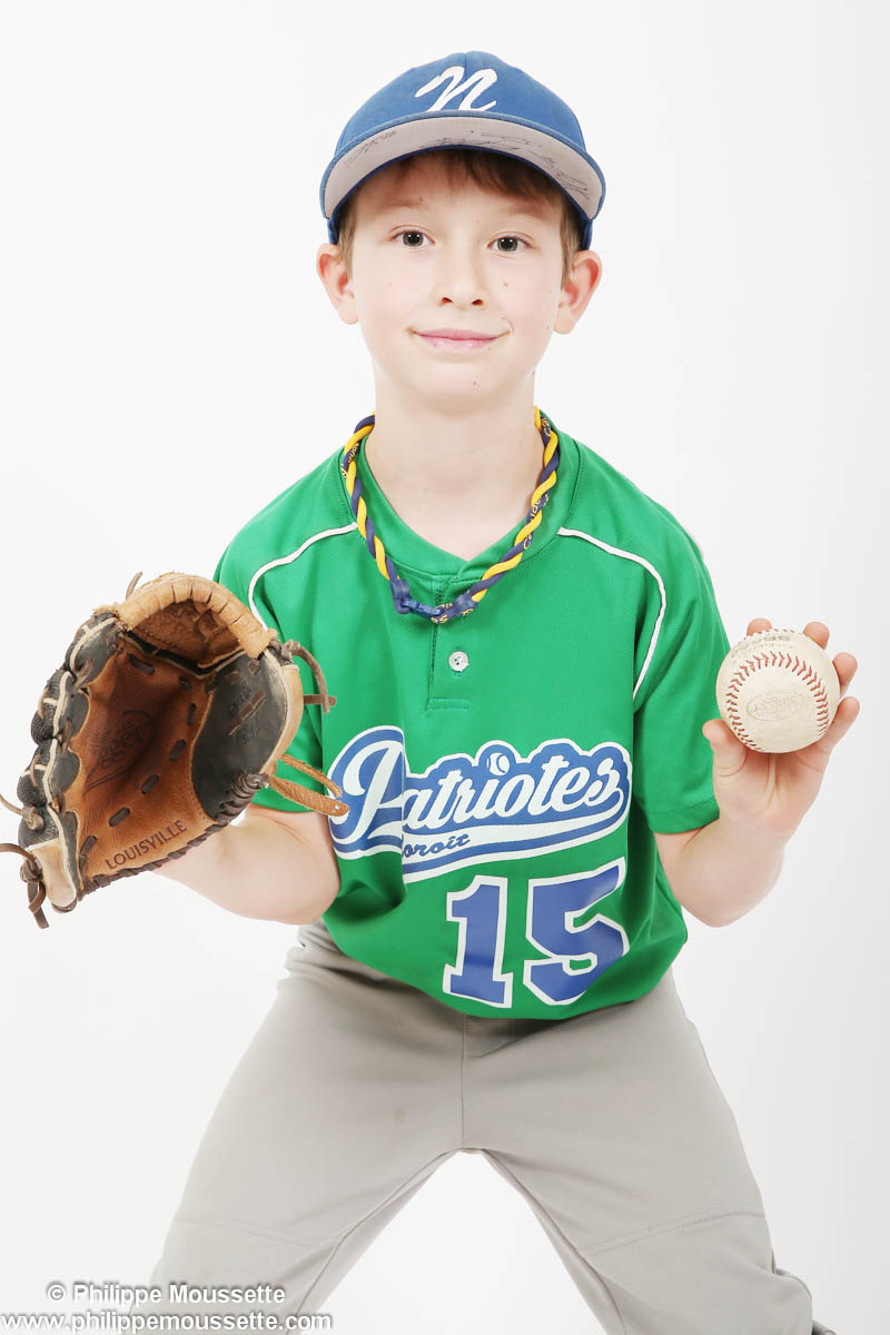 Enfant avec équipement de baseball