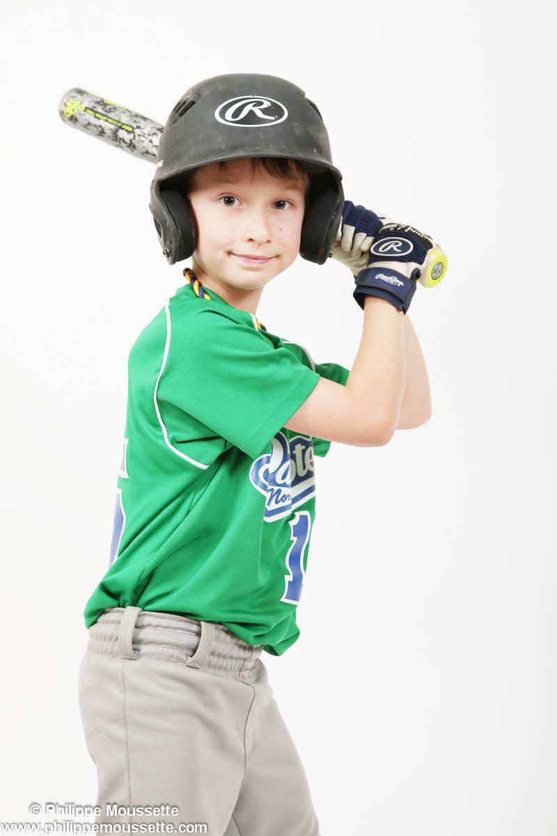 Jeune avec son équipement de baseball