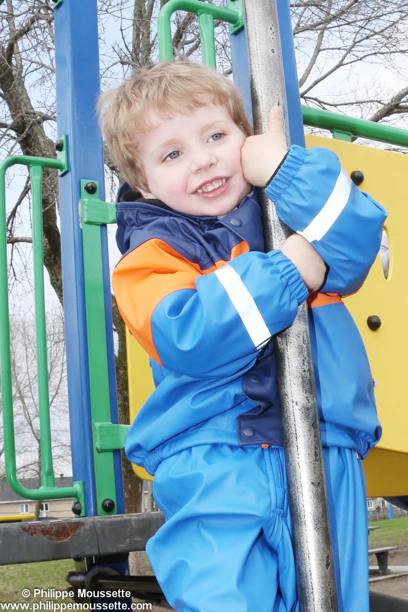 Enfant dans un jeu à l'extérieur