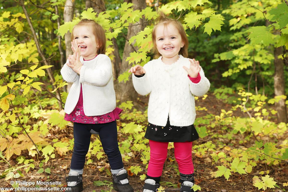 Petites filles dans le bois