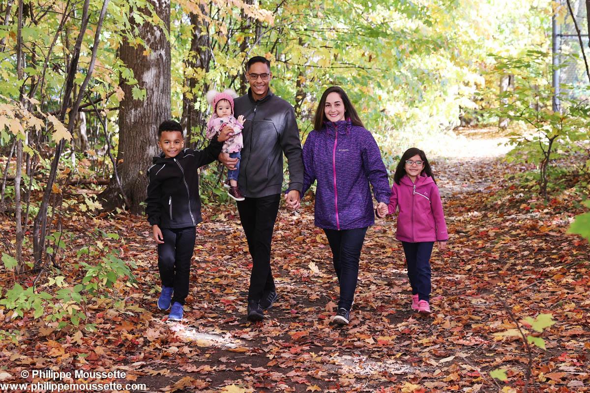 Famille qui se promène dans la forêt