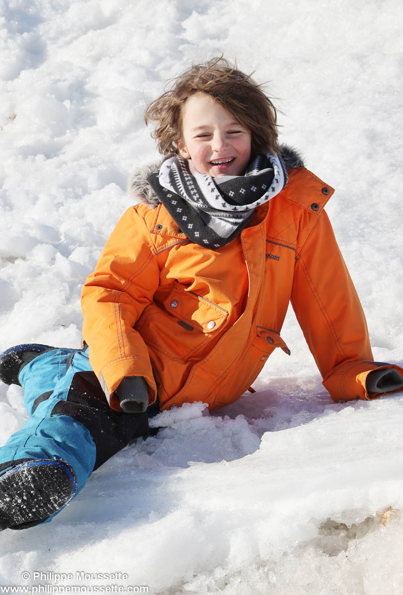 Garçon à l'extérieur en hiver