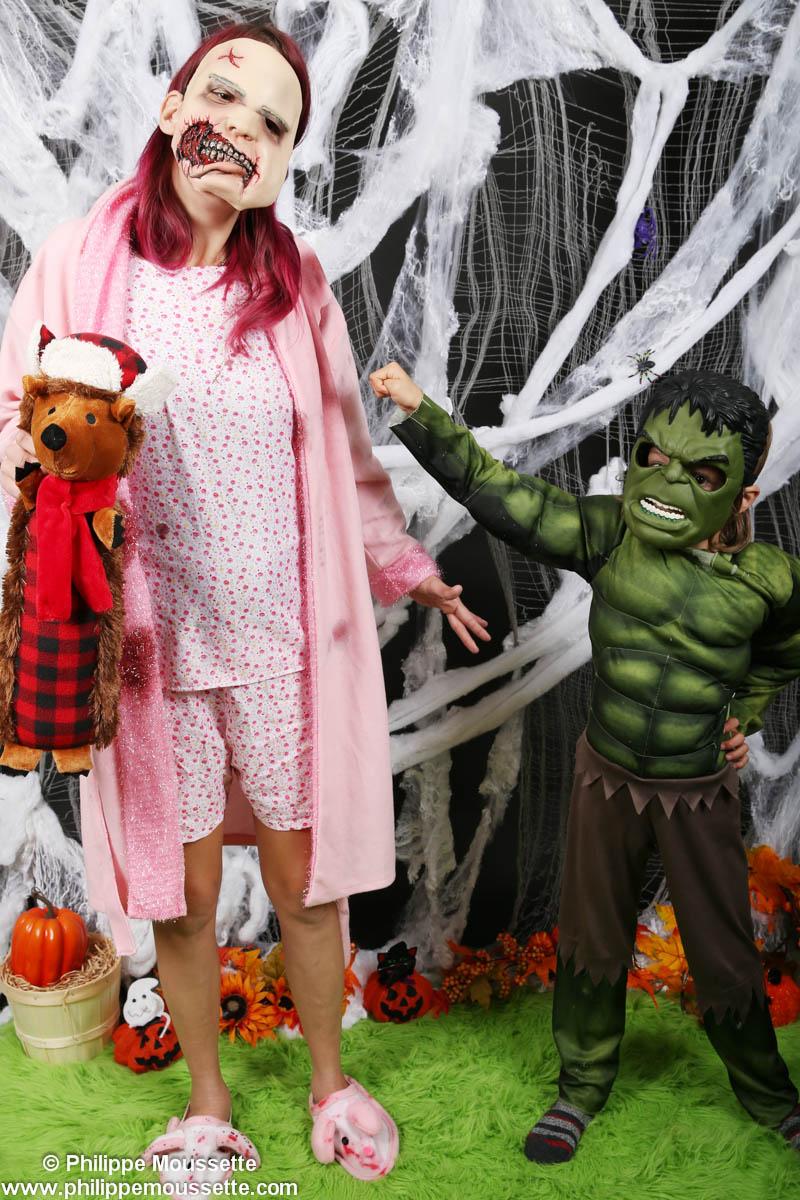 Maman déguisé et son fils en Hulk