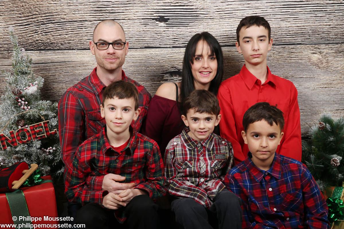 Famille dans un décor de Noël