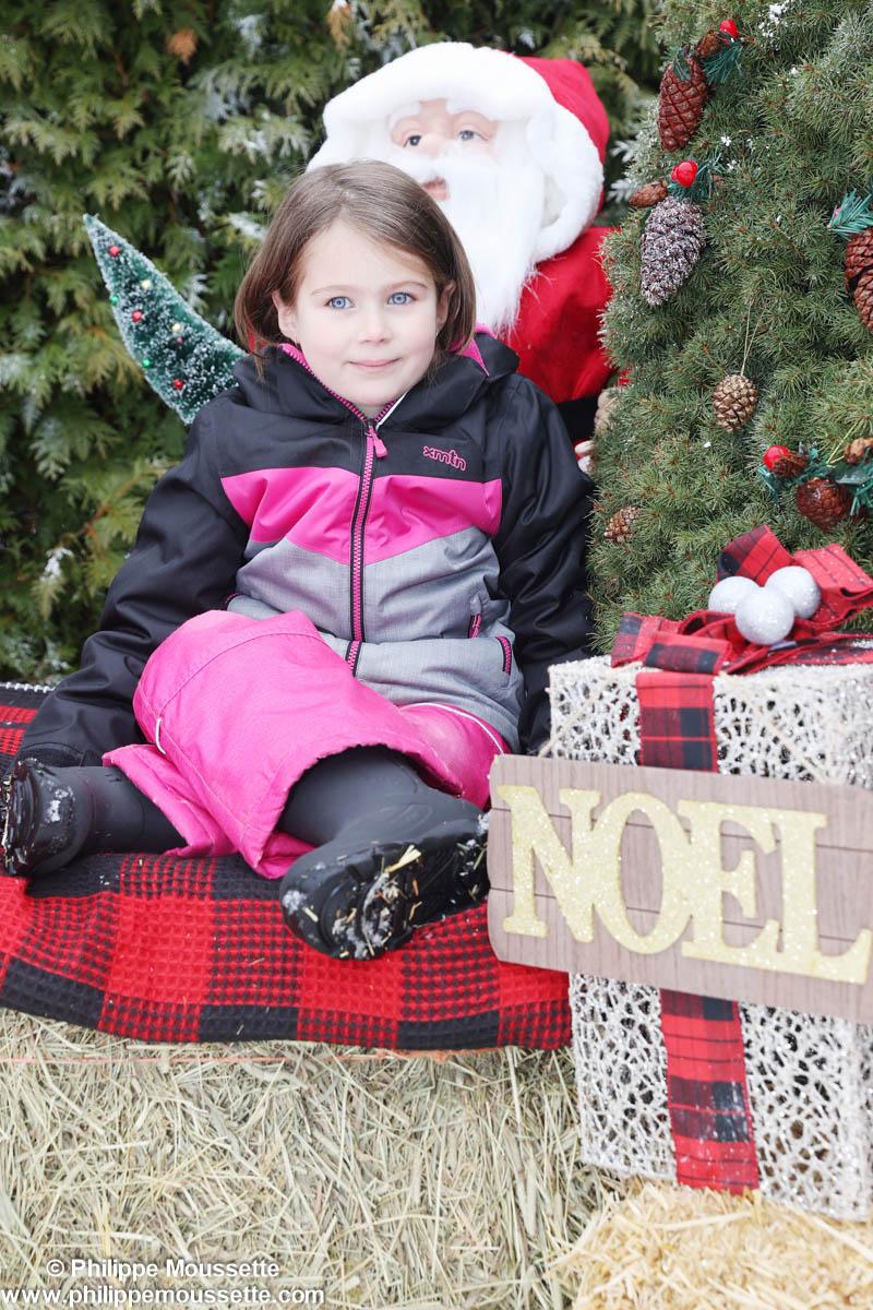 Enfant assis dans un décor de Noël