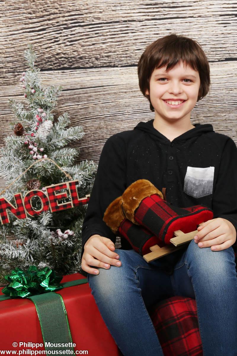Garçon avec décor de Noël