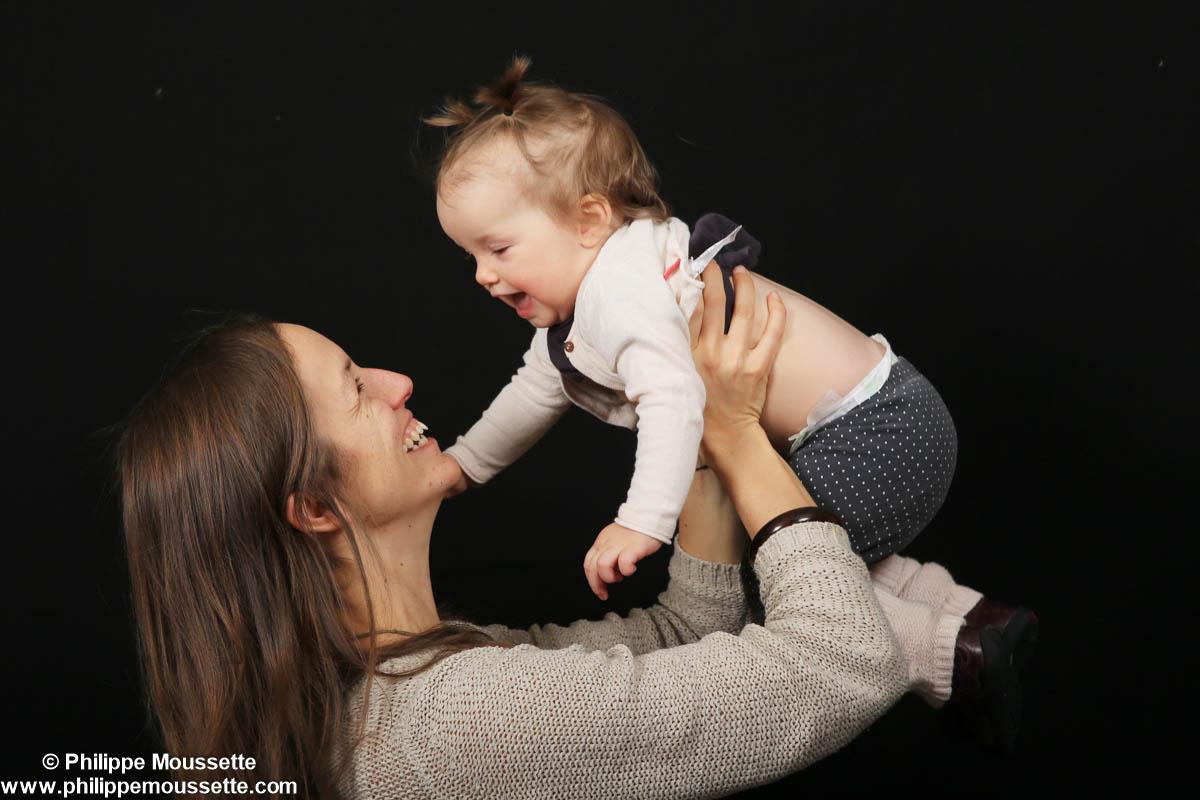 Maman qui tient son bébé dans les bras