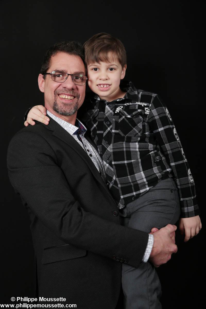 Papa et son fils dans les bras