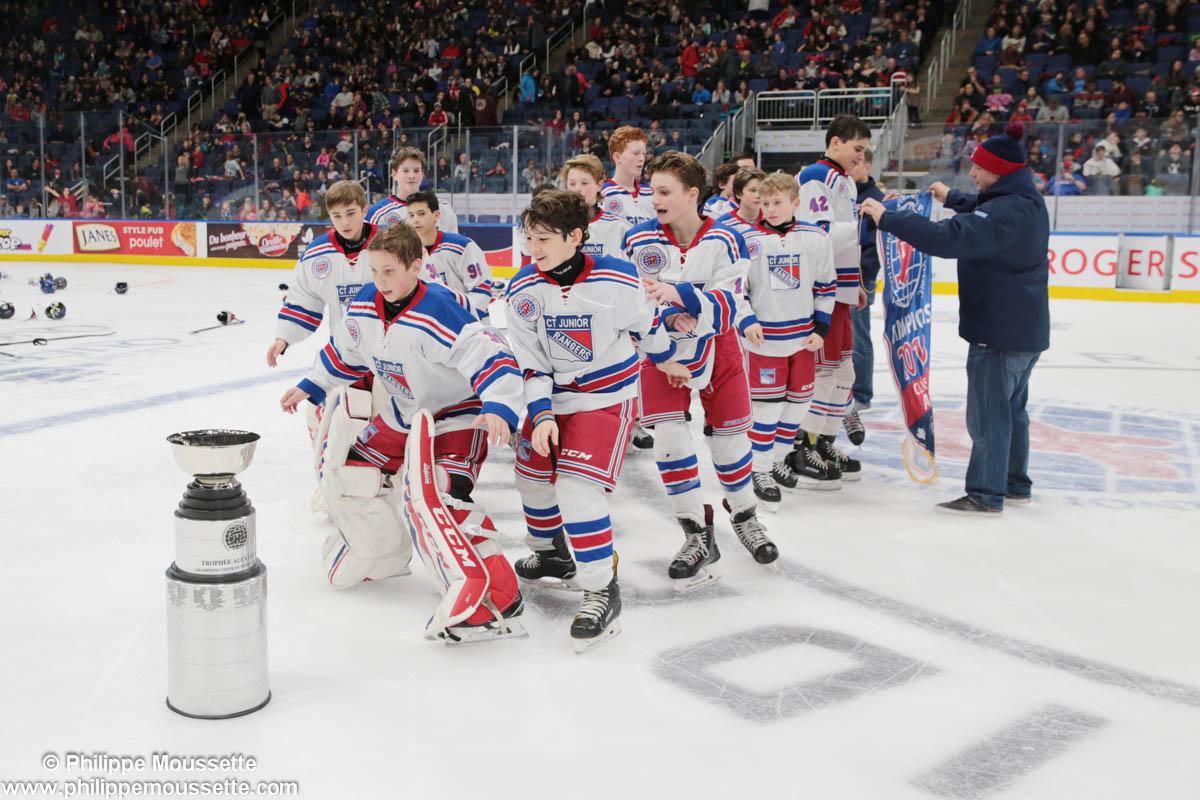 Joueurs de hockey qui célèbrent une victoire