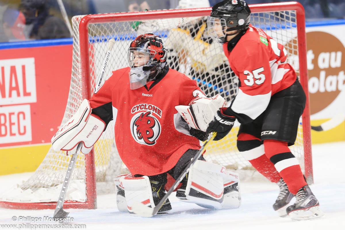 Deux joueurs devant un but de hockey