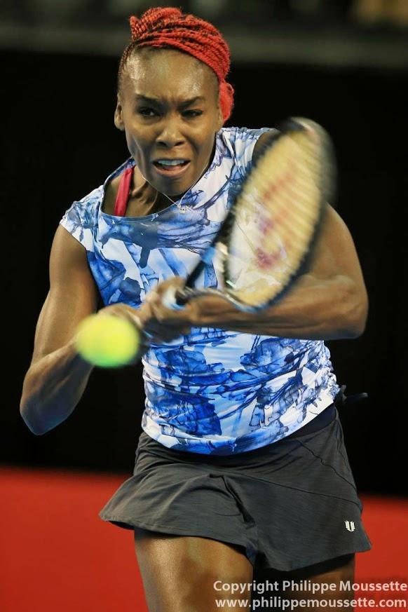 Femme qui joue au tennis