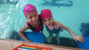 Duas alunas de natação