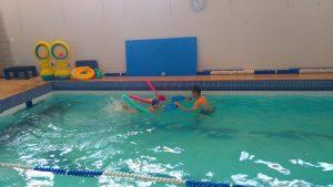 Alunos praticando natação