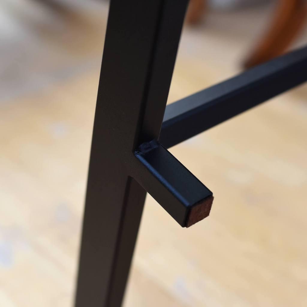 Stalen ladder, zwart gepoedercoat, met vilt beschermd