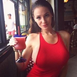 Les gros seins d'une femme nue sur le 73 sexy