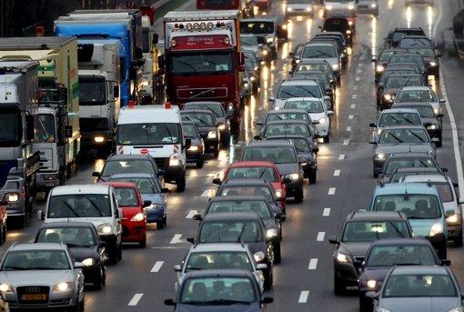 Autofahrer stehen im Stau: Alltag auf den Straßen im Südwesten. Foto: dpa