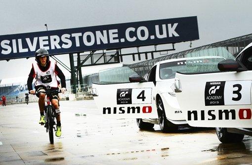 In Silverstone darf Kevin Rohrscheidt am Steuer eines Sportwagens über die Strecke flitzen. Zuvor muss er seine Fitness auf dem Rad beweisen. Foto: Nissan