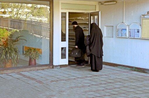 """Ein im bosnischen Bosanski Novi geborener Muslim betritt mit seiner verschleierten Ehefrau die Gebetsräume der """"Mesdschid Sahabe"""" in der Regerstraße 60 in Stuttgart-Botnang Foto: SRF"""