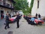 Abendessen im Hof zwischen Kirche und Gemeindehaus