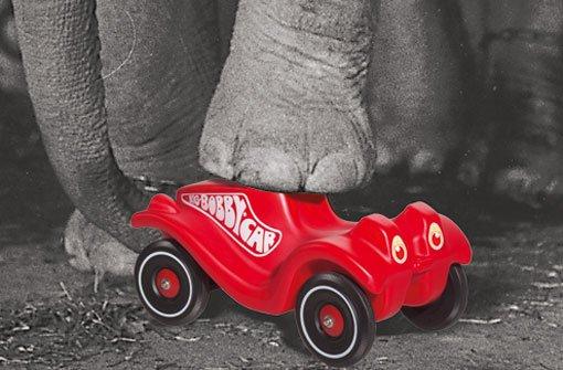 Darauf stehen viele Kinder: rot, schnell und seit 40 Jahren ein Verkaufsschlager, denn das Bobby-Car macht fast alles mit. Foto: Simba-Dickie-Group