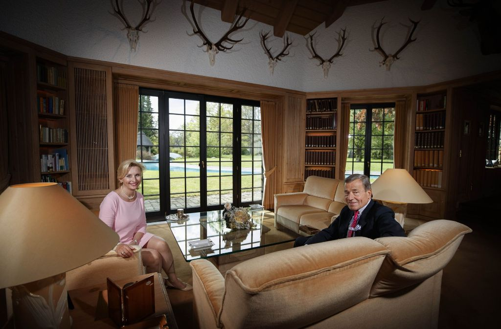 Elisabeth Und Wolfang Grupp Im Wohnzimmer Ihrer Villa In