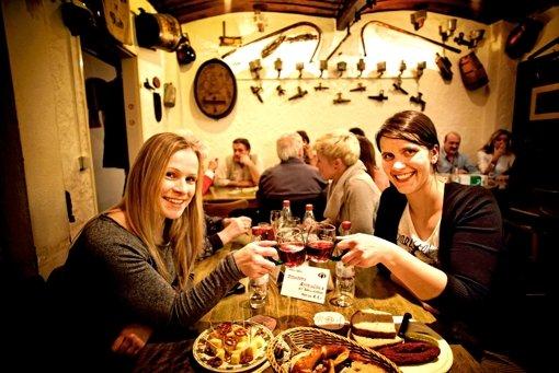 Zum Wohl: Annina Baur (links) und Maira Schmidt haben im Besen nicht nur einen Cannstatter Trollinger und ein Vesper bekommen, sondern auch neue Bekanntschaften geschlossen. Foto: Heinz Heiss