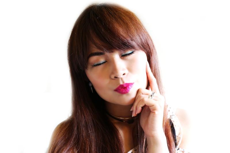 blue glitter eye liner, hot pink lips, Urban Decay, makeup look, beauty tutorial