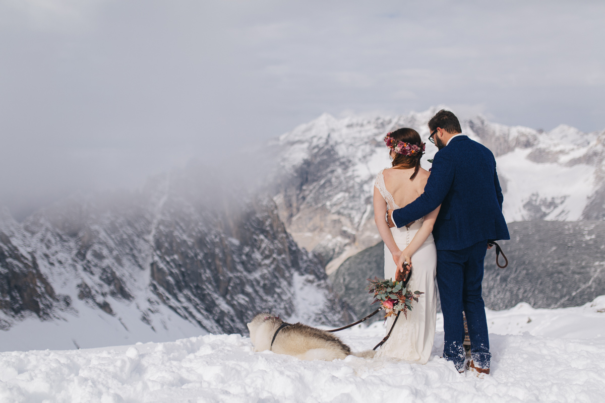 winter-mountain-wedding-hafelekar-maria-luise-bauer-photography-wedding-with-dogs-11