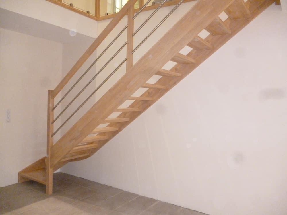 Styl'escalier : Gamme essentielle : escalier en hévéa avec tubes inox brossés diamètre 25mm, parallèles à la main courante