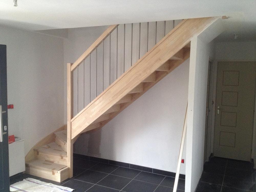 Styl'escalier : Gamme essentielle : escalier hévéa avec balustres inox brossés diamètre 16mm verticales