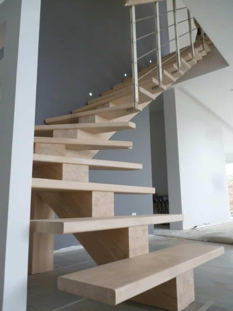 Styl'escalier : Gamme Prestige escalier à limon central en hévéa teinte blanc supérieur avec rampe métallique style minimal
