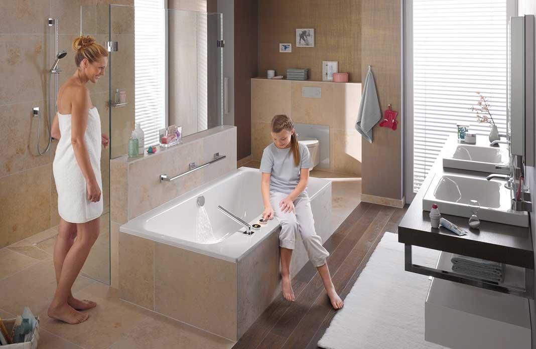 bains avec une douche et une baignoire