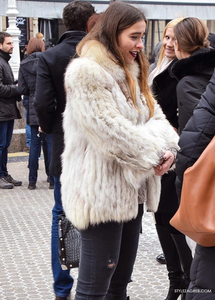 Advent Zagreb street style moda, kako kombinirati bundicu i poderane crne traperice