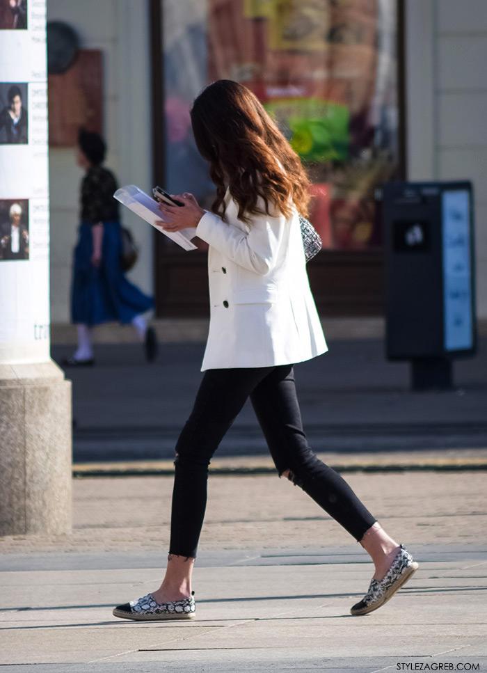 sportski sako bijele hlače, Moda kako nositi bijeli sako i podrapane crne traperice, Zagreb street style Instagram žena moda fashion hr zagrebačka špica modne kombinacije
