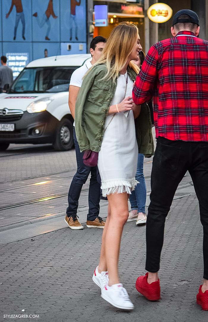što djevojke odijevaju za večernji izlazak, street style Zagreb ulična moda, zelena vojnička jakna, bijela haljina i bijele Adidas tenisice
