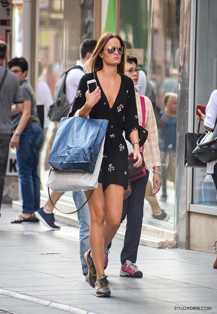 Street style Zagreb ulična moda rujan 2016 kraj ljeta, cvjetasti kombinezon, metalik naočale, tenisice kombinacija